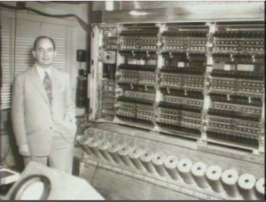 John von Neumann devant sa machine